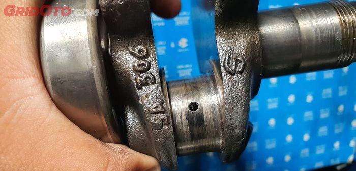 Dudukan metal di kruk as yang baret akibat kualitas oli mesin yang buruk