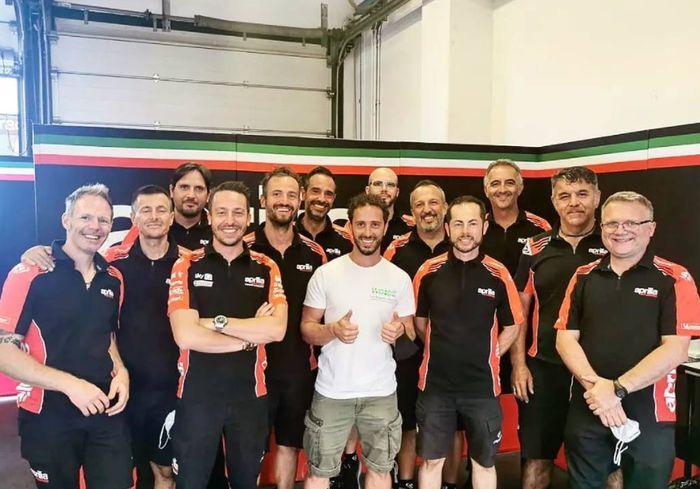 Andrea Dovizioso saat pamitan dengan kru tim Aprilia