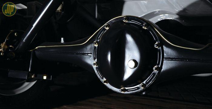 Ciri gardan 9 inci generasi awal ini ditandai dengan posisi bonggol gardan belakang yang terletak di bagian tengah.