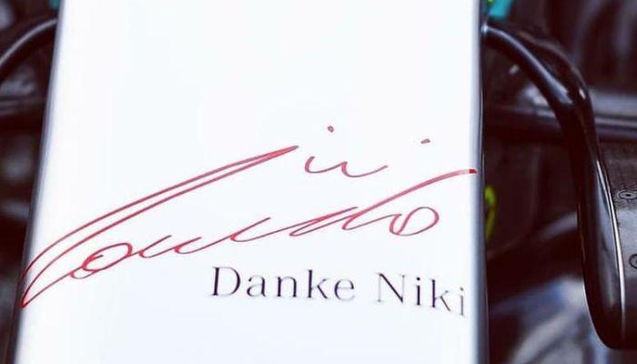'Danke Niki' juga ada di sayap depan Mercedes W10