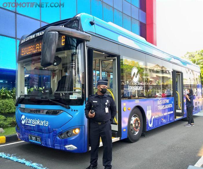 uji coba bus listrik Higer di kantor pusat TransJakarta