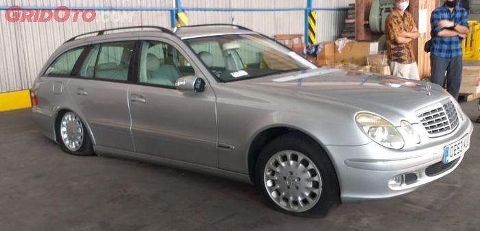 Terlihat kondisi ban mobil lelang Mercedes-Benz E270 CDI Wagon sangat kempis