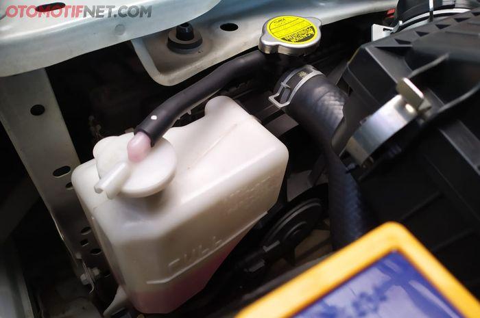 Iluistrasi air radiator sering luber dari tabung reservoir