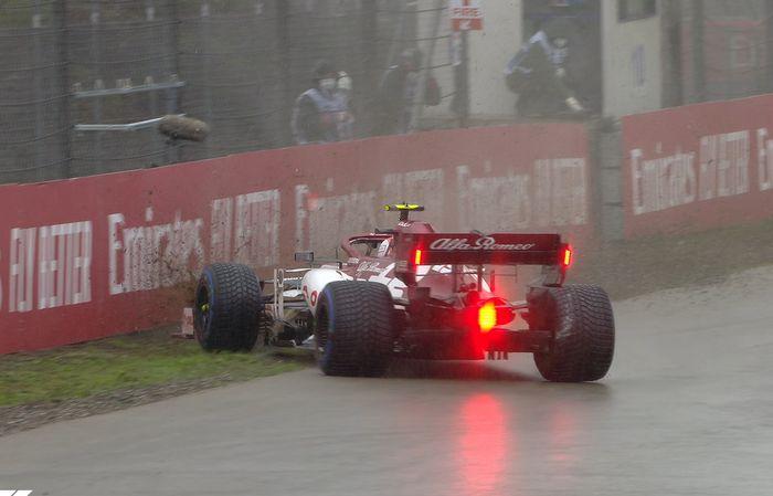 Pada lima menit terakhir, Antonio Giovinazzi (Alfa Romeo) melintir di tikungan kedua sirkuit Istanbul Park