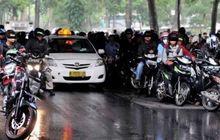Street Manners: Pemotor Jangan Berteduh di Bawah Flyover Saat Hujan, Bisa Masuk Penjara Lho