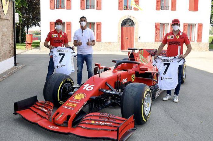 Cristiano Ronaldo bersama Charles Leclerc dan Carlos Sainz Jr ketika mengunjungi pabrik Ferrari di Maranello, Italia.