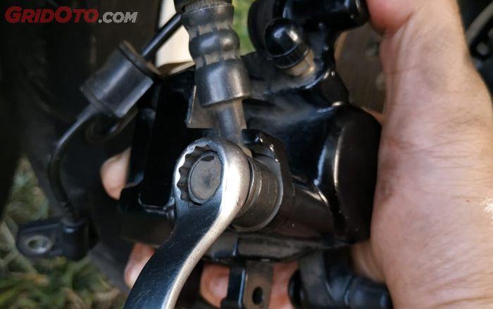 Baut pengikat slang rem dan kaliper bisa dilepas menggunakan kunci 12 mm