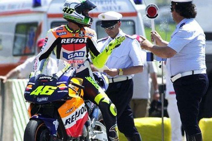 Selain memiliki pretasi yang cemerlang, Valentino Rossi juga dikenal karena aksi selebrasinya yang unik ketika menang balapan MotoGP