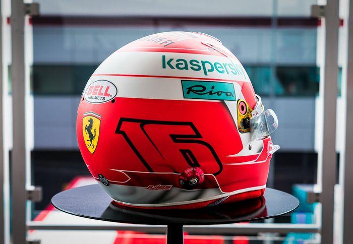 Tampang belakang desain helm Charles Leclerc untuk dipakai di F1 Inggris 2021