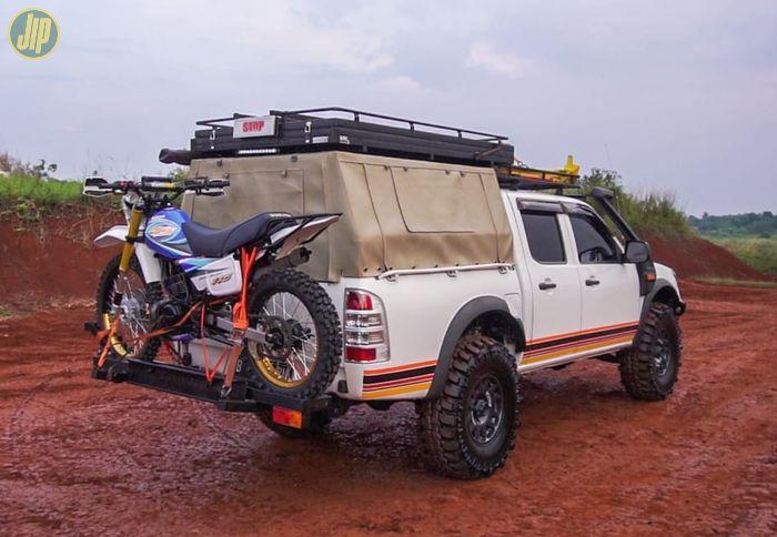 Modifikasi Ford Ranger 2010, siap camping dengan peralatan yang lengkap. Bahkan sampai bawa motor untuk mobilitas di lokasi camping.