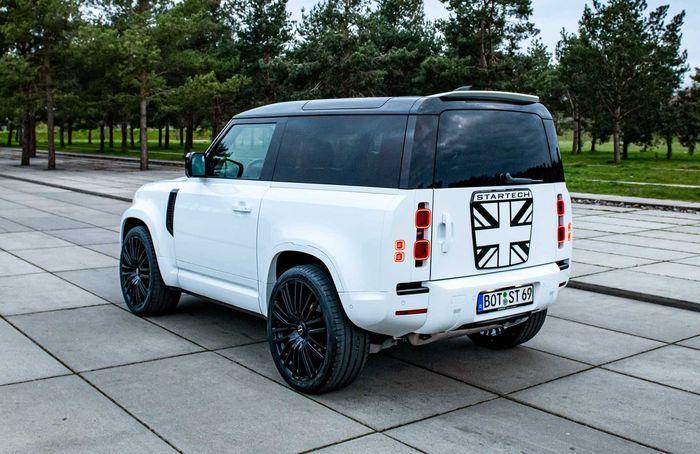 Tampilan belakang modifikasi Land Rover Defender baru garapan Startech