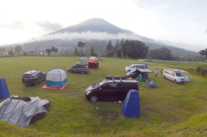 Ilustrasi camping dengan mobil Camper Van