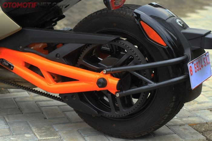 Swing arm Can-Am Spyder F3-S Special Series manggunakan pipa bulat yang kekar dengan warna oranye ngejreng, peyambung tenaganya pakai belt nih