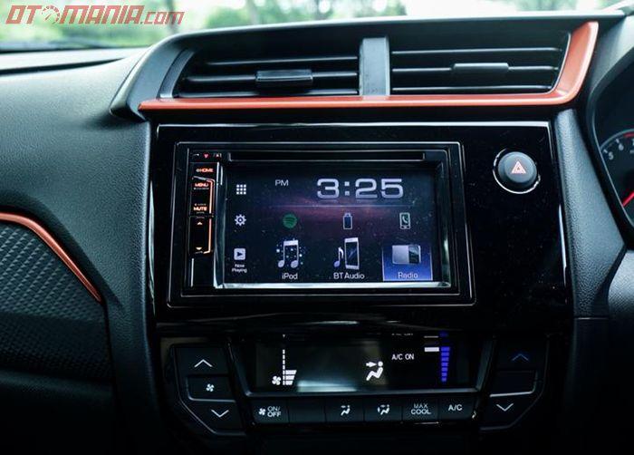 Layar 6,1 inci dengan Bluetooth telefoni, dan DVD player