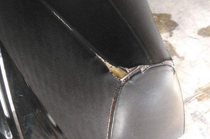 Ilustrasi kulit jok motor robek akibat cakaran kucing