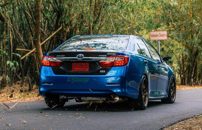 Tampilan belakang Toyota Camry bergaya racing