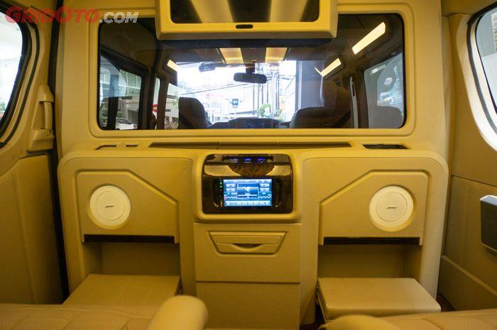 Modifikasi kabin Toyota HiAce New Luxury tipe Q buatan Baze