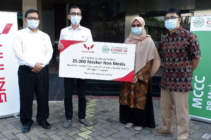 Wuling membagikan 25.000 masker non medis ke Muhammadiyah Covid-19 Command Center.