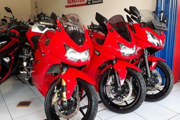 ilustrasi Kawasaki Ninja 250 lawas yang masih menggunakan karburator di showroom motor bekas
