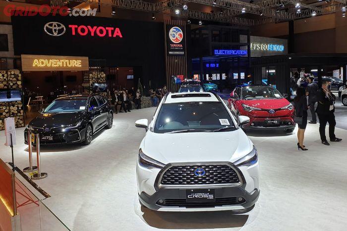 Booth Toyota di pameran otomotif Jakarta.