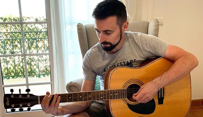 Eugene Laverty menyalurkan niat lamanya dengan belajar main gitar