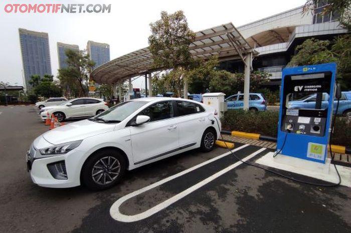 Hyundai Ioniq saat dites ngecas baterainya di SPKLU PLN Disjaya di Gambir, Jakarta
