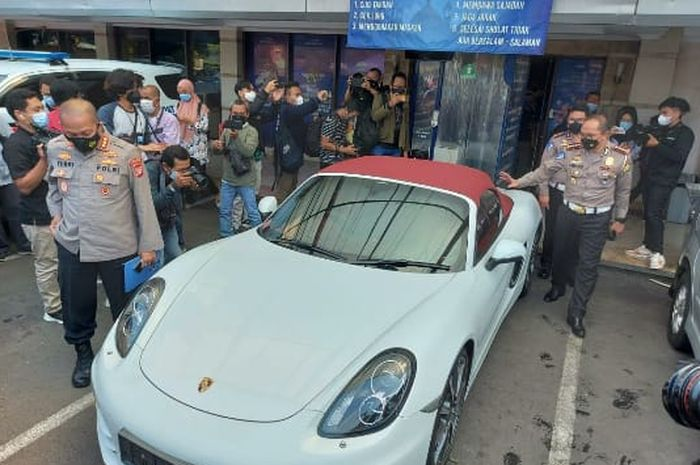 Direktur lalu lintas Polda Metro Jaya Kombes Pol Sambodo Purnomo Yogo melihat-lihat mobil Porsche milik pengendara yang melanggar jalur busway