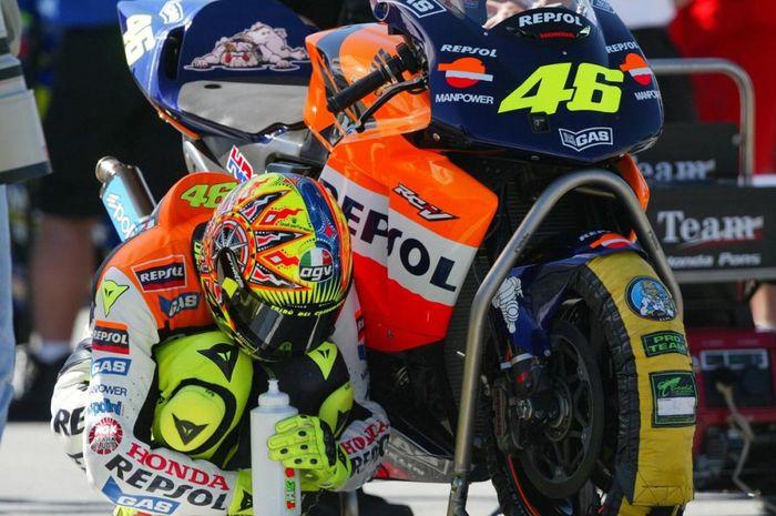 Bukan karena takut kotor loh, tapi ini alasan mengapa ban motor MotoGP selalu ditutupi sebelum balap