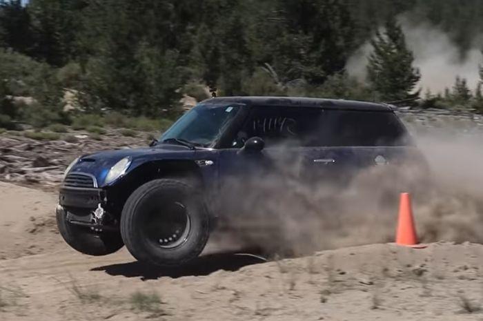 Aksi MINI Cooper melompat indah di trek off-road