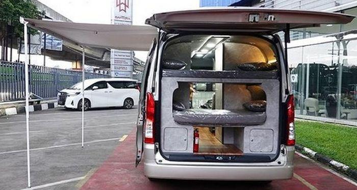 Kelengkapan kabin di Toyota HiAce Premio campervan ini mulai kompor, AC, genset, entertainment system, pelapis kulit, awning, lemari, kitchen set