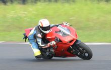Test Ride Ducati Panigale V2, Bobot Tipis Dengan ZX-25R, Racy Abis!
