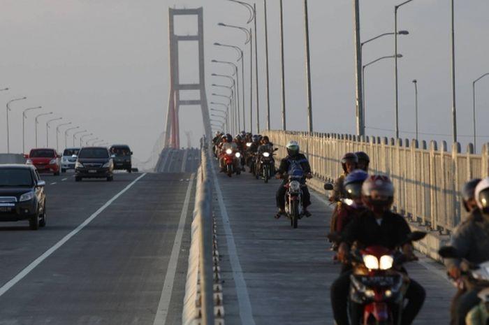 Ilustrasi arus lalu lintas di Jembatan Suramadu