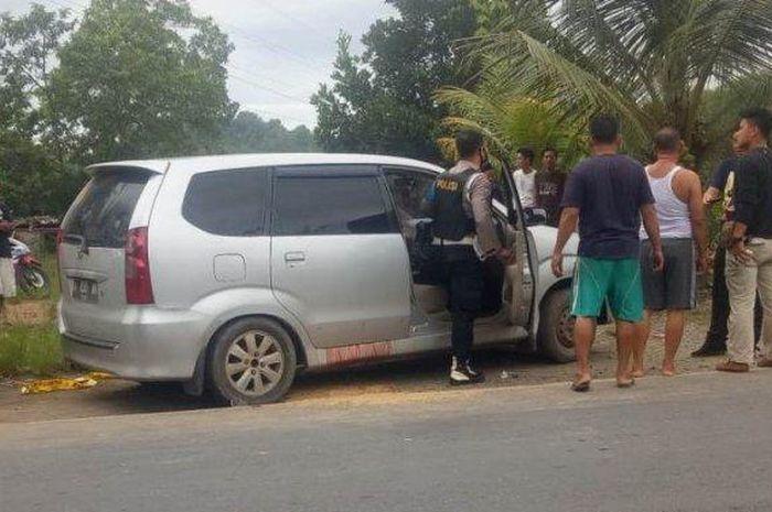 Toyota Avanza disergap polisi, terdengar suara tembakan berkali-kali, pintu berlumur darah