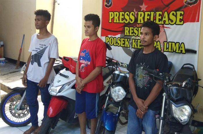 Pelaku pencurian dan penadah motor, saat diamankan di Polsek Kelapa Lima, (20/11/2018)