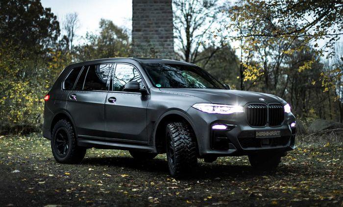 Laburan warna hitam plus aksen baut menojol bikin BMW X7 lebih garang