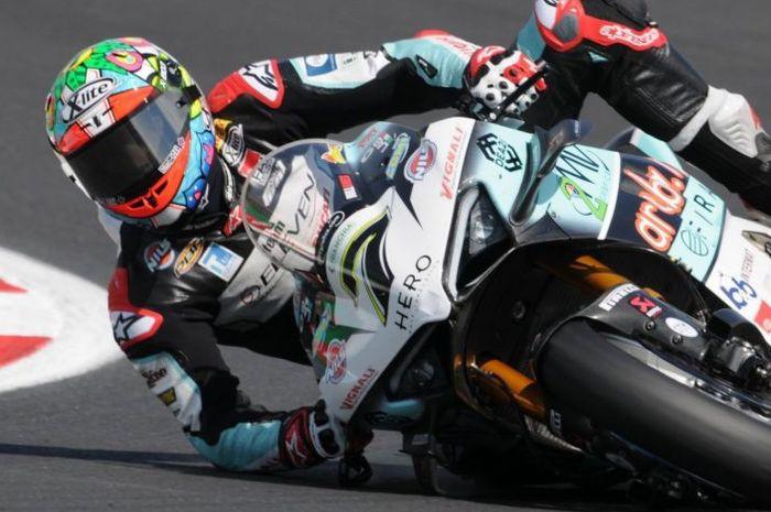 Chaz Davies berusaha menghindari crash dengan menahan pakai siku tangannya pada sesi FP2 WorldSBK Italia 2021
