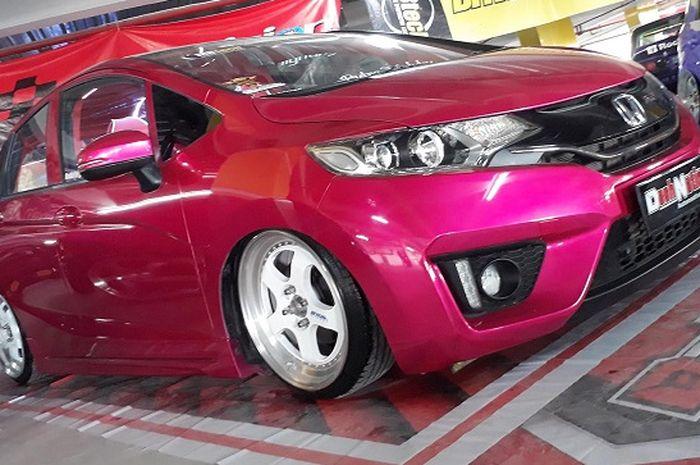Honda Jazz Tampil Unik Pakai Warna Pink Dan Kaki Kaki Ceper