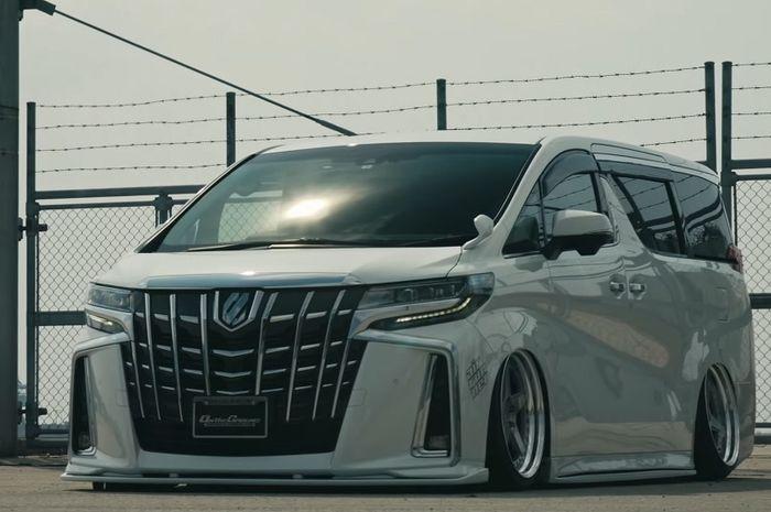 Toyota Alphard Putih Makin Nunduk, Makin Elegan Efek Cangkok Body Kit Jepang