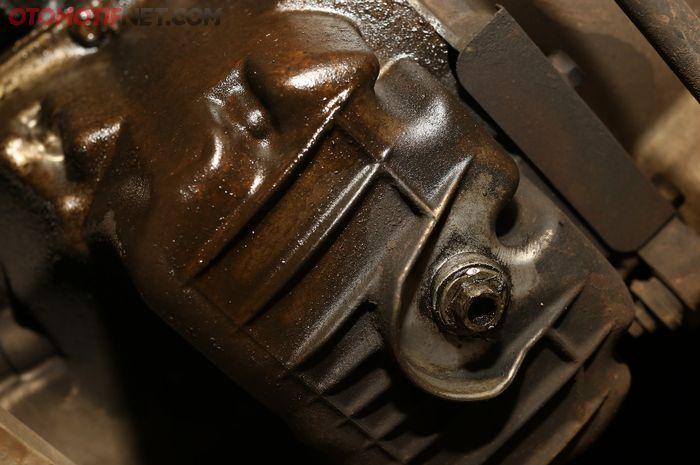 Ilustrasi deteksi cairan rembes di bawah mobil