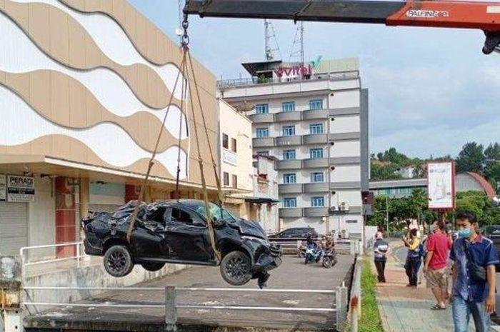 Daihatsu Terios terjun jurang di Jl Teuku Umar, Nagoya Batam, Kepulauan Riau