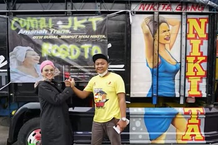 Nikita Mirzani bersama Arif Albakri, asal Pemalang, Jawa Tengah di samping truk.