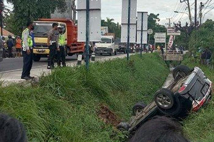 Honda HR-V nungging di saluran irigasi setelah terlibat kecelakaan dengan truk bermuatan pasir