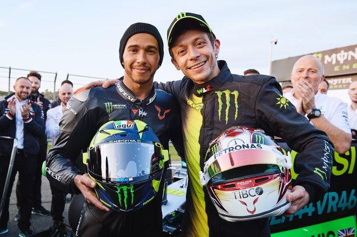 Lewis Hamilton dan Valentino Rossi, akhirnya tercapai juga niat mereka berdua untuk saling tukar kendaraan balap