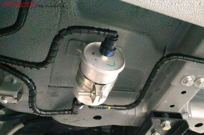 Ilustrasi filter bensin luar Wuling Confero berada di luang tangki (di kolong mobil)