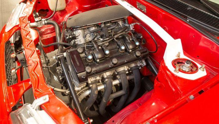 Mesin Suzuki GSX1300R Hayabusa pada kap mesin Suzuki Swift