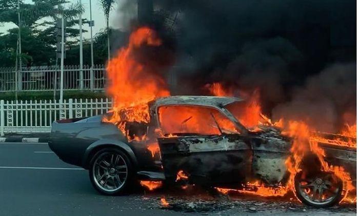 Ford Mustang GT500 Eleanor terbakar di Pondok Indah, Jakarta Selatan (26/7)