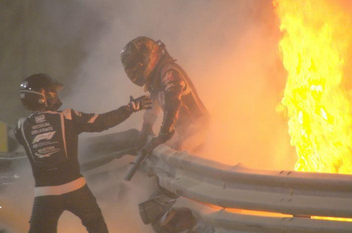 Detik-detik pertolongan Romain Grosjean oleh petugas medis FIA, saat crash horor di F1 Bahrain 2020, Minggu malam (29/11)