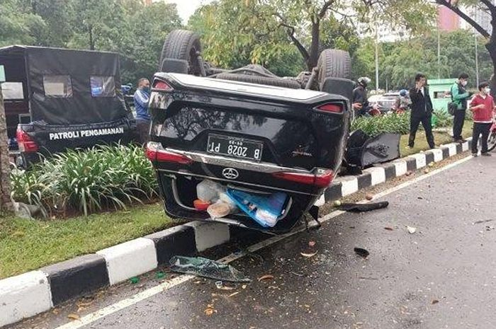 Toyota Fortuner terbalik usai tabrak pembatas di Jl Benyamin Sueb, Pademangan Timur, Pademangan, Jakarta Utara