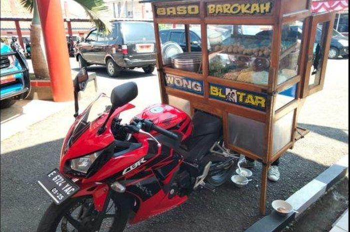 Pedagang Bakso Keliling gunakan Honda CBR250R