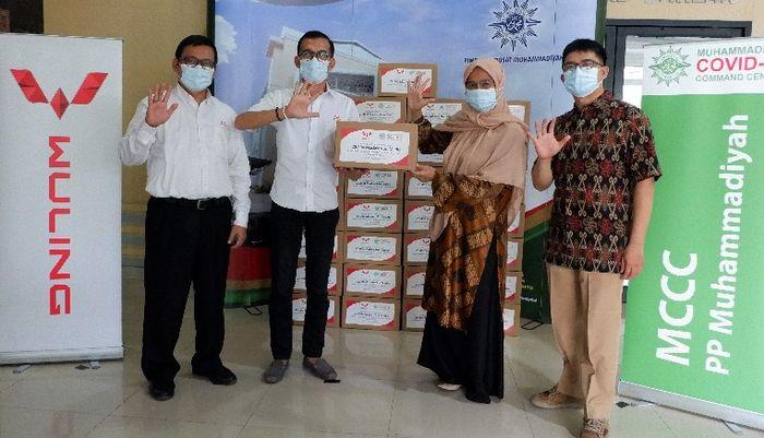 Penyerahan 25.000 masker non medis dari Wuling kepada Muhammadiyah Covid-19 Command Center.